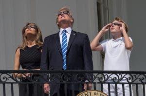 El presidente acompañado de su hijo pequeño Barron y de la primera dama, Melania Trump.