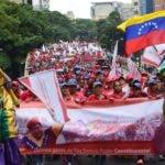 """Miles de venezolanos marchan este lunes en Caracas para repudiar la advertencia del mandatario estadounidense, Donald Trump, de que podría usar la """"opción militar"""" en Venezuela."""