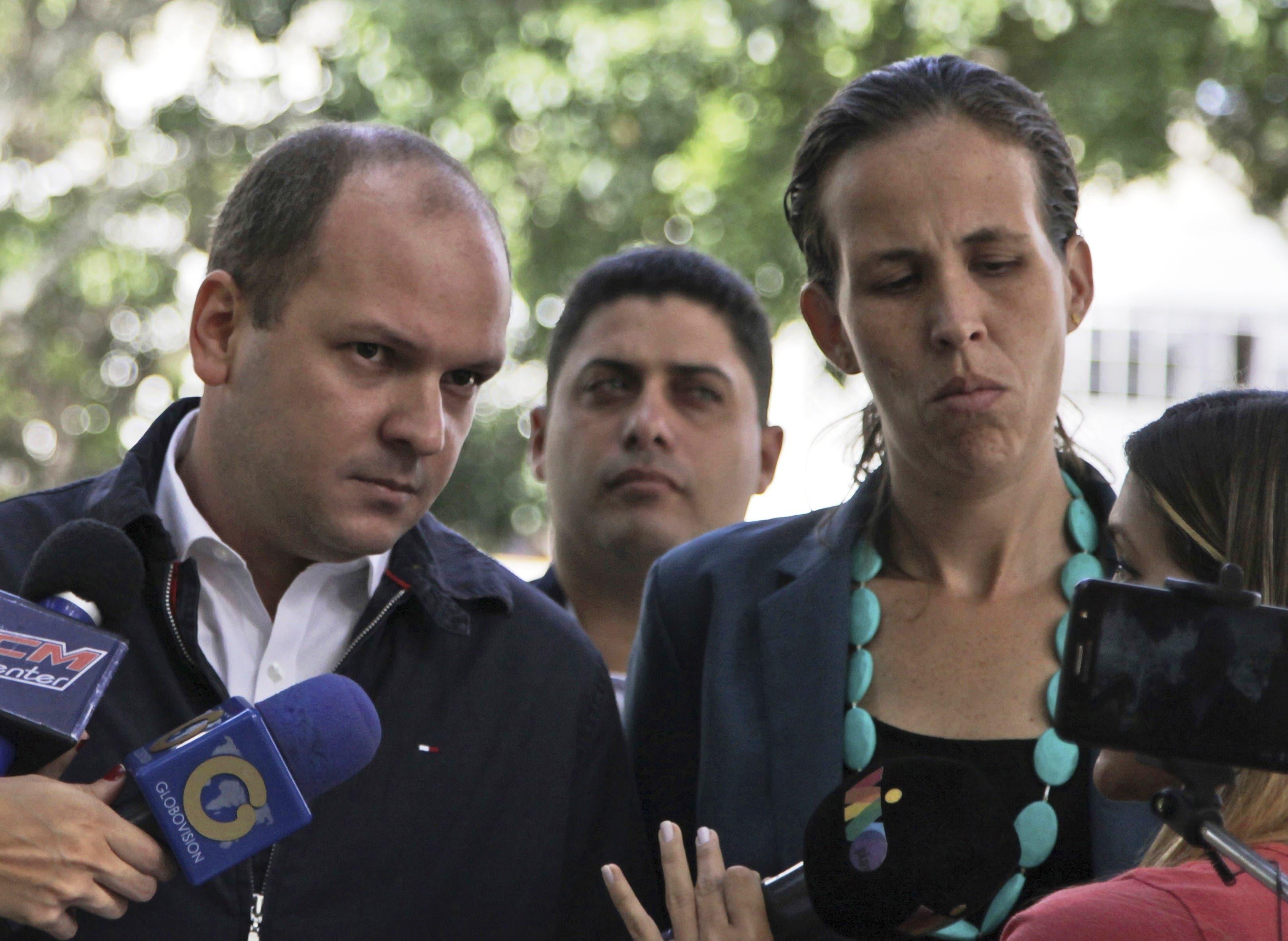 Los legisladores de la oposición Ángel Medina, a la izquierda, y Manuela Bolívar hablan con los medios de comunicación a su llegada a la Fiscalía General de Venezuela para presentar un pedido de investigación sobre las recientes elecciones de la Asamblea Constituyente en Caracas, el jueves 3 de agosto de 2017.