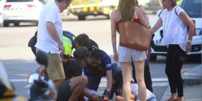 Equipos atienden personas en calles de Barcelona, España, después de que una camioneta atropellara a varias personas en la concurrida zona de Las Ramblas, el jueves 17 de agosto de 2017. (AP Foto/Giannis Papanikos)