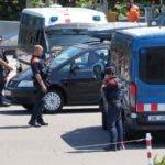 Los policías españoles controlan vehículos a medida que atraviesan la frontera hispano-francesa entre La Jonquera, norte de España, y Le-Perthus, sur de Francia, el 20 de agosto de 2017. La policía española dijo que el hombre marroquí sospechoso de conducir la furgoneta usada en uno de los Devastadores ataques gemelos que cobraron 14 vidas podrían estar fuera de España, ya que el tristemente triste Barcelona lloró a las víctimas del destructor del vehículo. / AFP