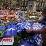 La gente pone pancartas y velas para rendir homenaje a las víctimas de los atentados de Barcelona y Cambrils en el bulevar Rambla de Barcelona el 26 de agosto, durante una marcha contra el terrorismo cuyo eslogan es #NoTincPor (no tengo miedo). Decenas de miles de españoles y extranjeros organizaron una marcha desafiante contra el terrorismo a través de Barcelona el 26 de agosto tras los mortíferos ataques de vehículos de la semana pasada/ AFP
