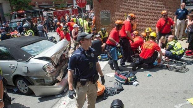 Una mujer murió y 19 personas resultaron heridas cuando un auto arremetió contra una marcha opositora a los ultranacionalistas en Charlottesville, Virgina. BBC.