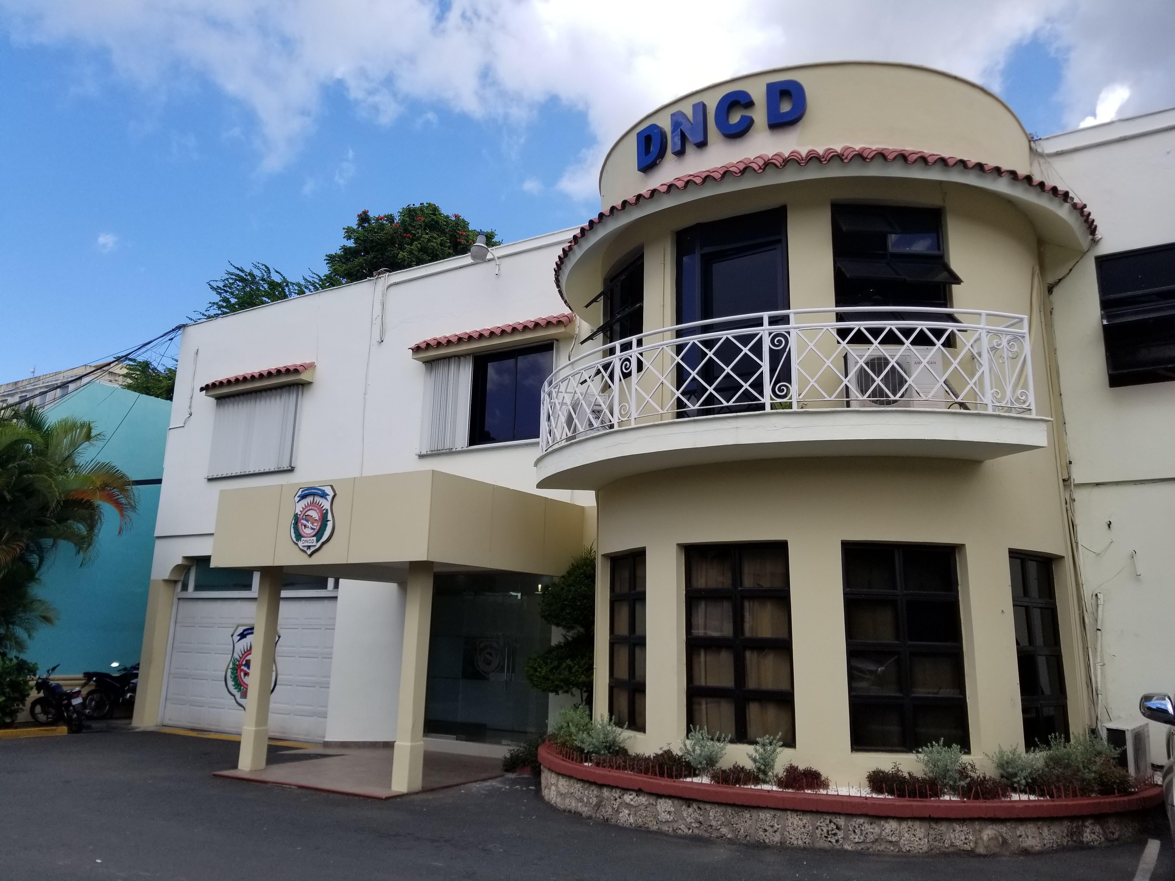 La DNCD y las Fuerzas Armadas, han conformado una comisión mixta de asuntos internos que ha sido apoderada de las indagatorias y conforme avancen las horas se darían otros detalles.