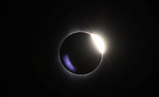 """Un eclipse casi total se ve del parque del sur de Mike Sedar el 21 de agosto de 2017 en Casper, Wyoming. Millones de personas han acudido a zonas de los Estados Unidos que están en el """"camino de la totalidad"""" para experimentar un eclipse solar total."""