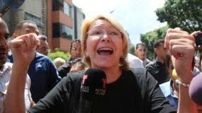 La fiscal general venezolana, Luisa Ortega Díaz, habló con los medios de comunicación fuera de su oficina después de que las fuerzas de seguridad cercaron la entrada, en Caracas, Venezuela. AP