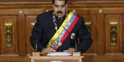 El presidente de Venezuela Nicolás Maduro habla en una sesión de la Asamblea Constituyente en Caracas, Venezuela. AP