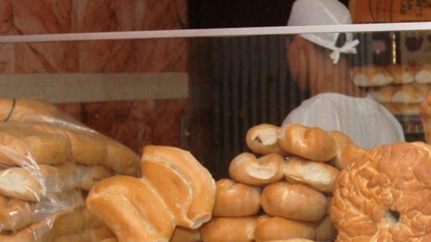 El pan es un Es un alimento muy consumido  por los dominicanos, sobre todo  la clase más empobrecida, principalmente en horas de la mañana.  Archivo