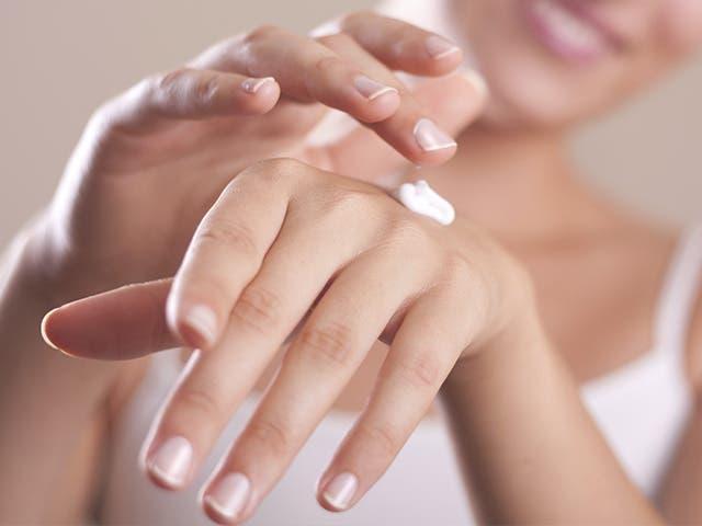 Las mujeres con los niveles más altos de productos químicos para el cuidado personal en sus cuerpos experimentan la menopausia de dos a cuatro años antes que las mujeres con niveles más bajos.
