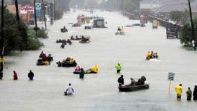 Botes de rescate llenan una calle inundada mientras son evacuadas víctimas de las inundaciones provocadas por la tormenta tropical Harvey