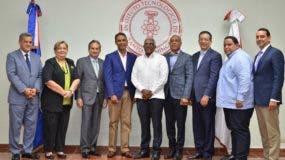 El rector de Intec, Rolando Guzmán, junto a directivos de Dominicana Limpia, Fedomu y Fedodim.