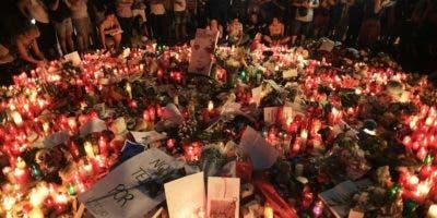 Con flores y velas encendidas, cientos de personas se congregaron este viernes en Barcelona y varias ciudades latinoamericanas para rendir homenaje a las víctimas de los atentados terroristas de ayer jueves.