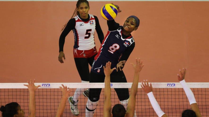 Natalia Martínez   del equipo dominicano realiza un fuerte remate sobre la defensa de Perú. Fuente externa