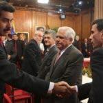 El presidente Nicolás Maduro y el líder opositor Henrique Capriles en uno de los diálogos en 2016.