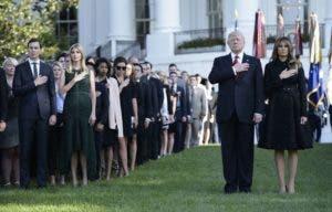 El presidente estadounidense Donald Trump y la primera dama Melania Trump, el asesor senior Jared Kushner (L) e Ivanka Trump observan un momento de silencio el 11 de septiembre de 2017 en la Casa Blanca durante el décimosexto aniversario del 11 de septiembre. AFP