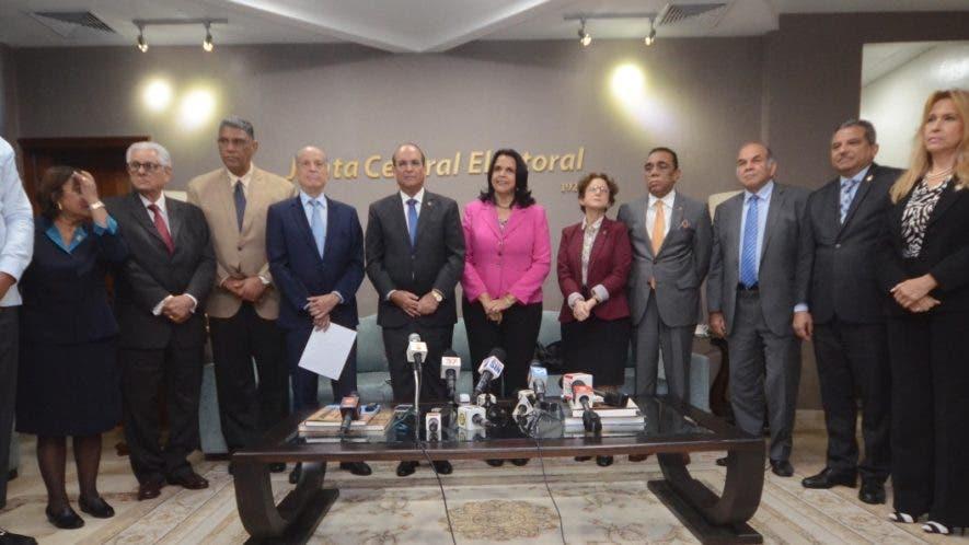 El pleno de la  Junta se reunió  con representantes del denominado  bloque opositor para hablar sobre la ley de partidos.