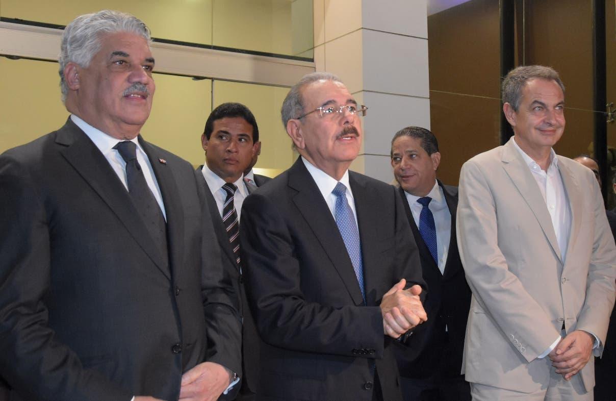 El presidente Danilo Medina junto al canciller  Miguel Vargas y expresidente Rodríguez Zapatero.
