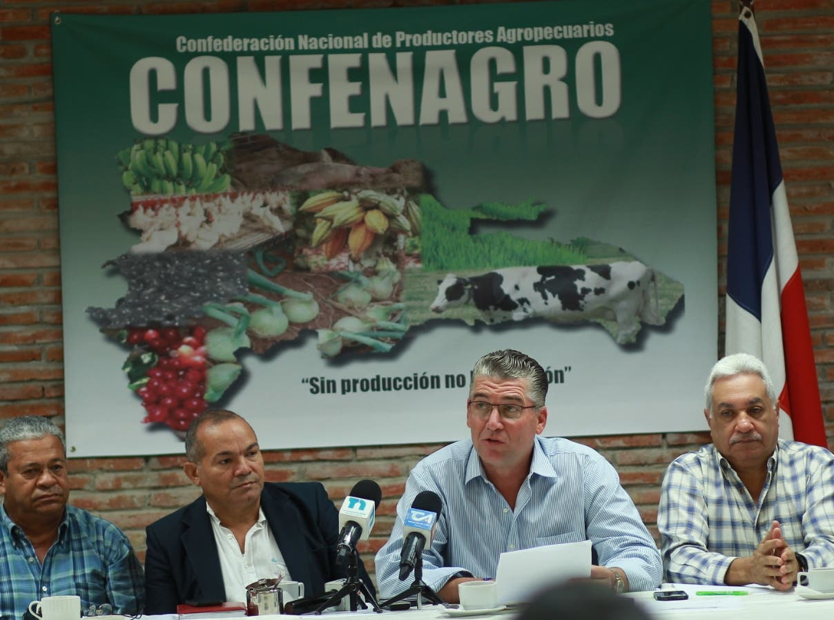 Eric Rivero junto a Juan Hiciano, presidente del Clúster de Castaña al encabezar rueda de prensa.