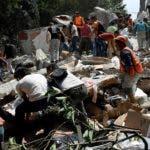 Los cuerpos de socorro mantienen un intenso trabajo buscando sobrevivientes entre los escombros.