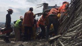 Parte de los trabajadores en la edificación en sector Piantini.