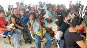 Cientos de personas acuden todos los días a los distintos centros públicos a buscar atención sanitaria.