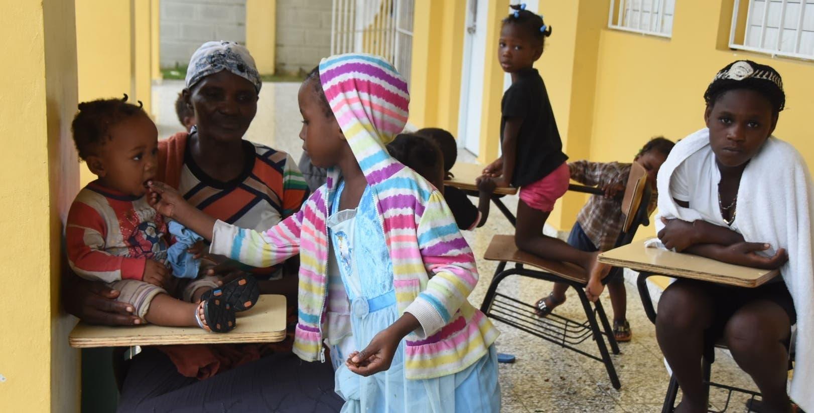 Los niños que estaban en el albergue de El Salado imitaron a sus padres y compartieron hasta la poca merienda que llevaron.