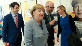 Angela Merkel sigue buscando hoy posibles compromisos con el Partido Liberal (FDP) y con Los Verdes.