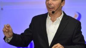 Ángel Puello mientras ofrecía una conferencia.