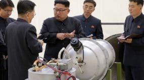 El presidente de Corea del Norte, Kim Jong-un, supervisa armas.