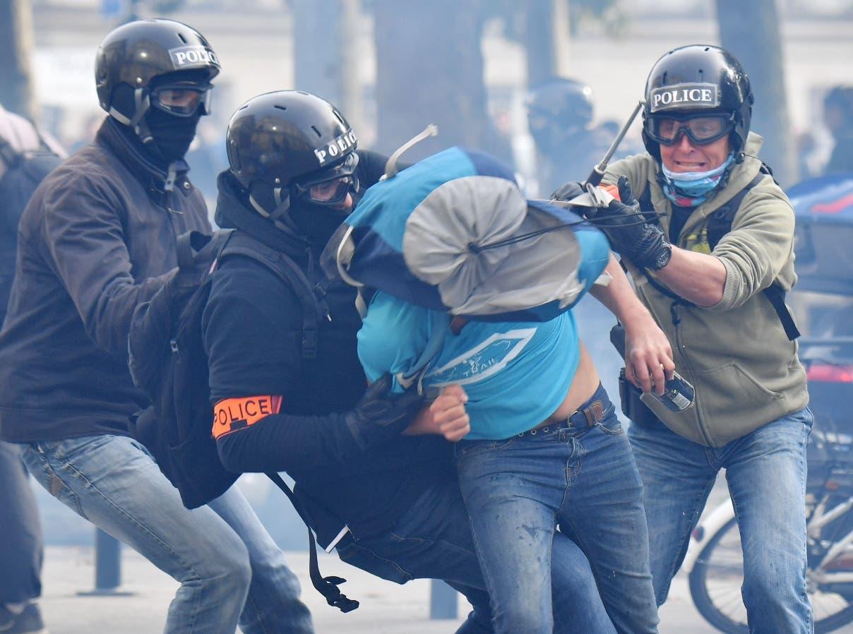 La policía se enfrenta cuerpo a cuerpo con los manifestantes en las calles de París, Francia.