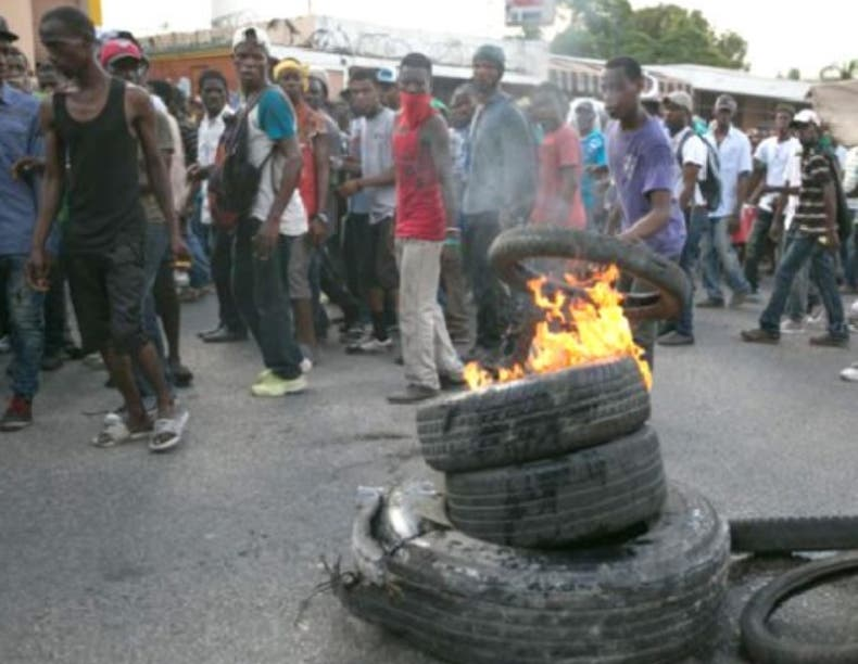 Protestan porque el Gobierno sube impuestos a documentos.