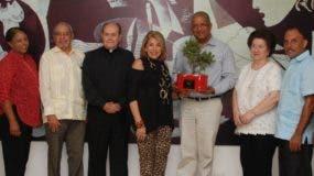 Maribel Lazala, Ana María Alonso y Nelson Marrero, junto a los directivos de la entidad.