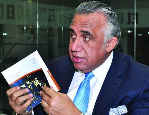 Luisín Mejía presenta libro de Ética, único regalo trajo de Perú.