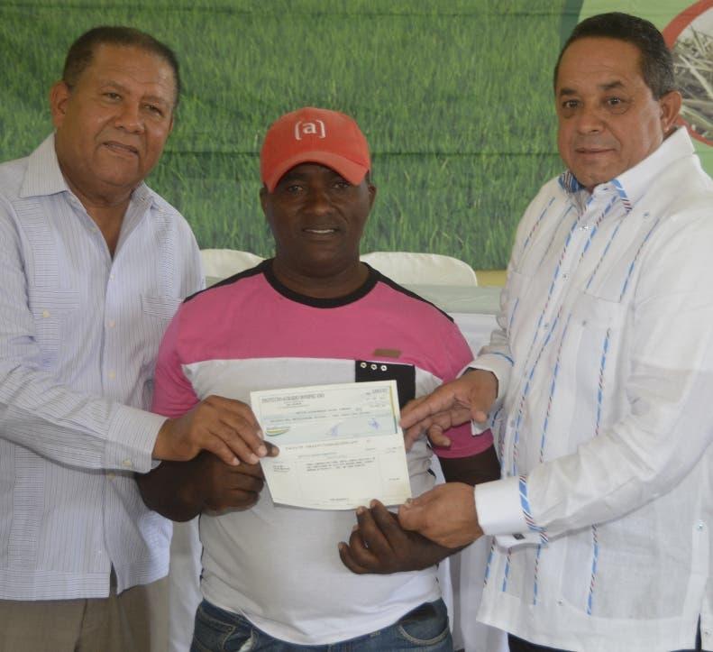 Parceleros reciben recursos del Instituto Agrario Dominicano