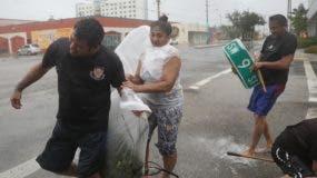 En medio de vientos violentos y las intensas lluvias los ciudadanos buscan protección segura en los albergues de  la Florida.