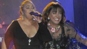 Milly Quezada y Jackeline Estevez cantando juntas.