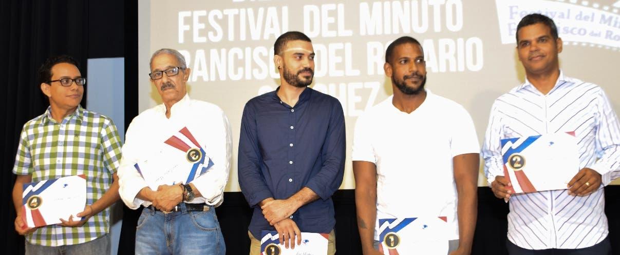 Los ganadores reciben su premio en metálico.