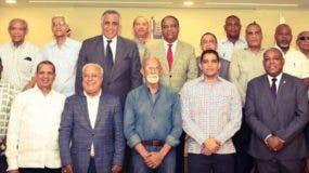 Los expresidentes de la Asociación de Baloncesto del Distiro Nacional (Abadina) durante el encuentro que sostuvieron ayer.