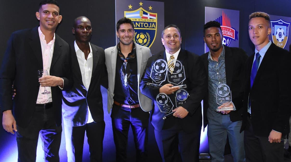 Fernando García, centro, de Pantoja, muestra junto a jugadores los trofeos logrados en el torneo.
