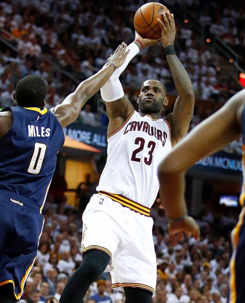 LeBron James en una de sus grandes jugadas en la NBA.