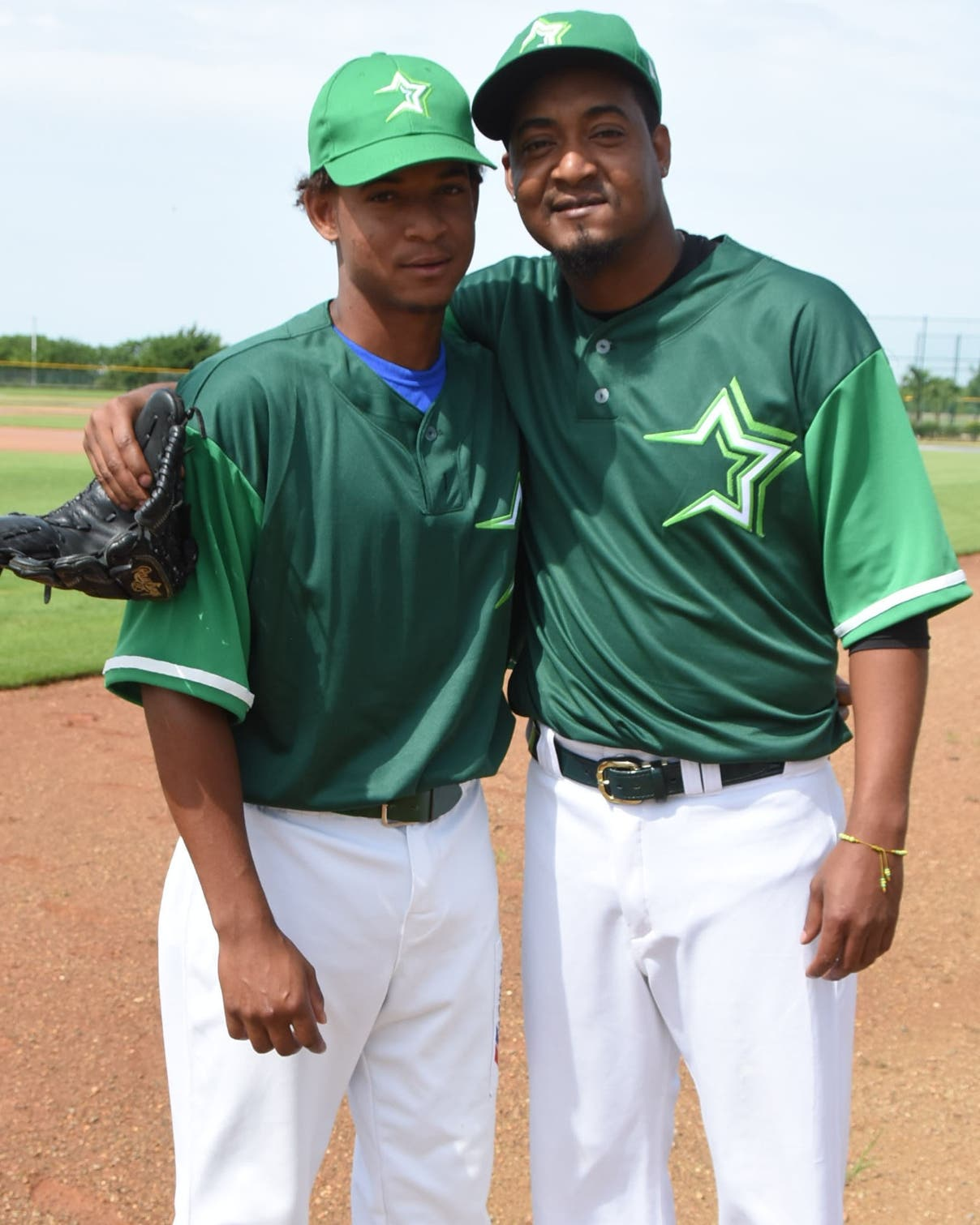 Jailen Peguero, derecha, junto a su hijo Yeilier durante los entrenamientos de las Estrellas ayer.