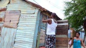 """Érika Trinidad observa cuando le """"aseguraban la casita"""", y pensaba dónde llevaría su televisión."""