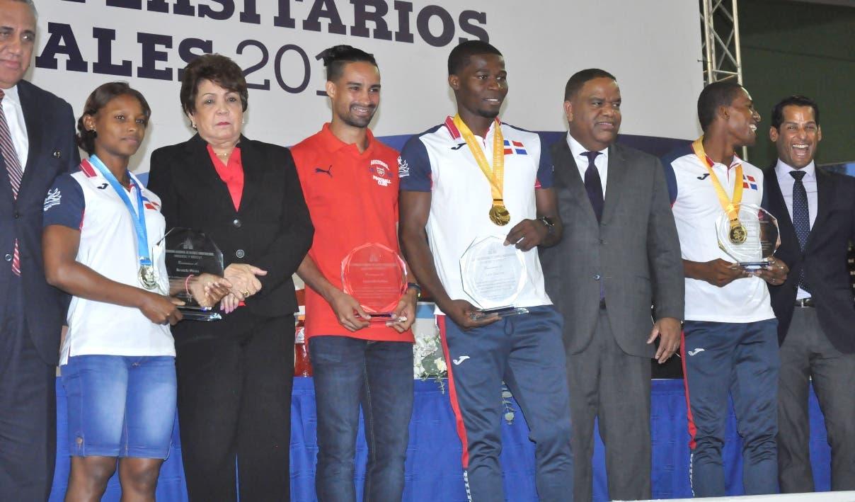 Desde la izquierda, Luisín Mejía, Alejandrina Germán, Danilo Díaz y Marcos Díaz, reconocen a los atletas medallistas en los Juegos Universitarios Mundiales, celebrados en Taiwán, China.