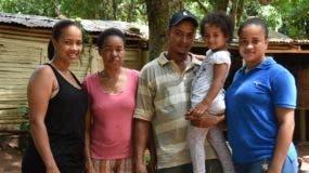 Lidia Contreras, segunda desde la izquierda, tía de Luguelín, Juan Aroldi y Juander Santos, junto a sus hijos Mileisis, Janles y su bebé Crisleisis de los Santos, y  Seyla, primos de los famosos atletas.