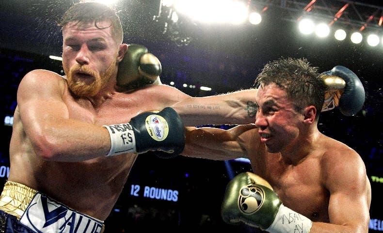 Gennady Golovkin y Canelo Álvarez entercambian golpes.