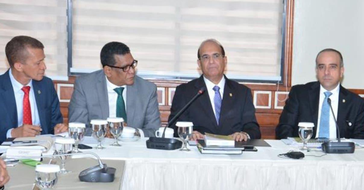 Julio César Castaños Guzmán durante una reunión con la comisión que estudia el proyecto.