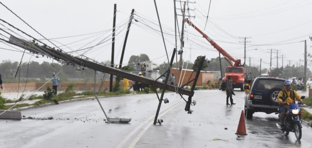 El servicio eléctrico fue afectado en la zona este por el derribo de postes por los fuertes vientos.