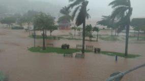 Así se encontraba anoche el malecón de la provincia de Samaná, totalmente inundado por los efectos del paso del huracán María.