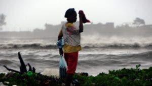 Esta mujer desoyó la alerta de las autoridades para evitar proximidades con las zonas costeras.