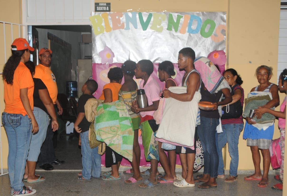 Parte de las familias que recibieron el auxilio de las autoridades para resguardar sus vidas.